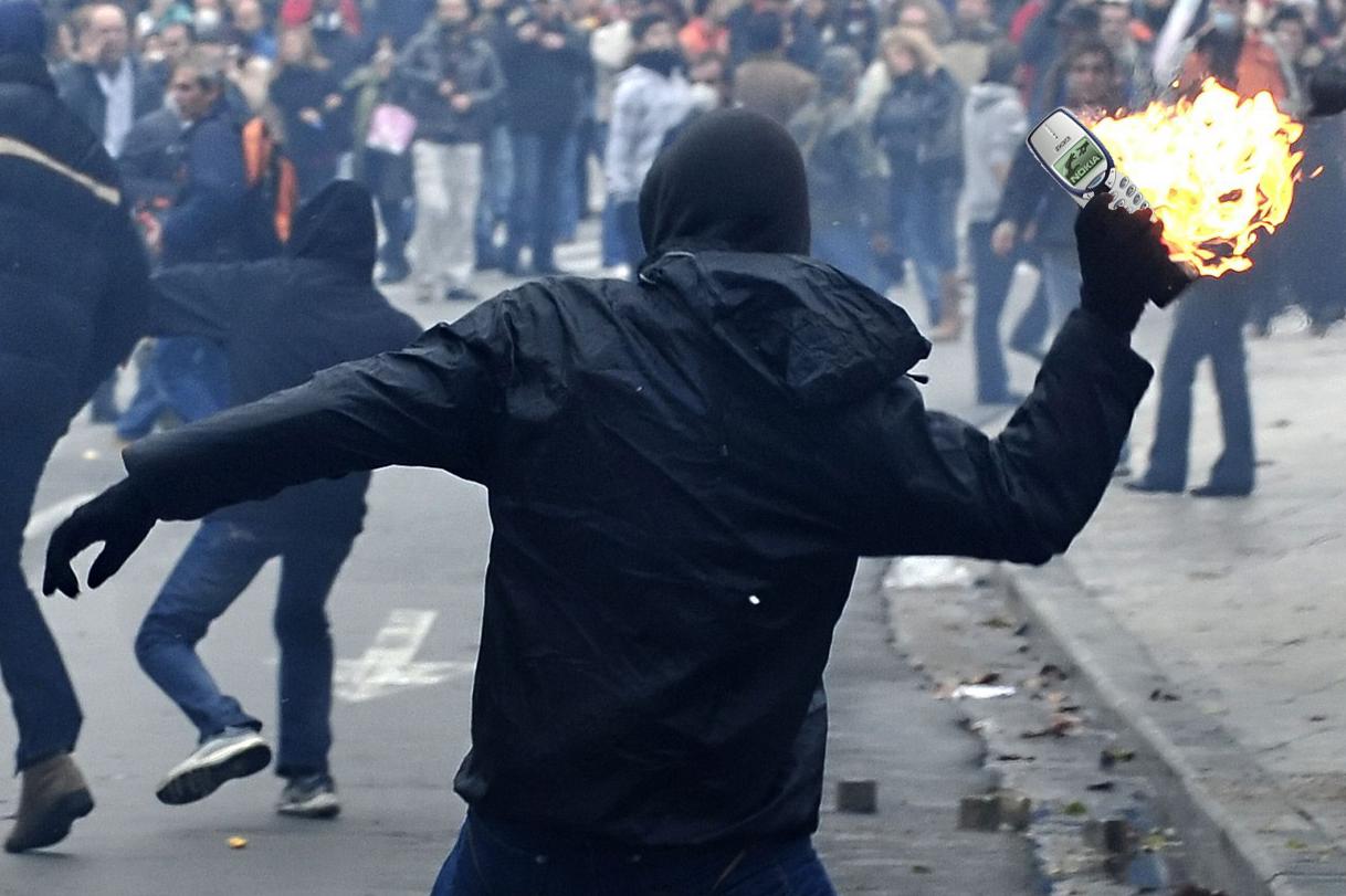 Manifestant contraatacant amb el Nokia 3330