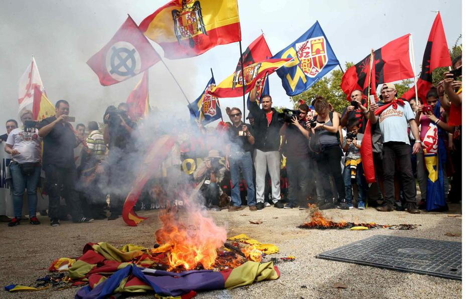 Un neonazi s'equivoca i crema una bandera d'Espanya enlloc d'una estelada