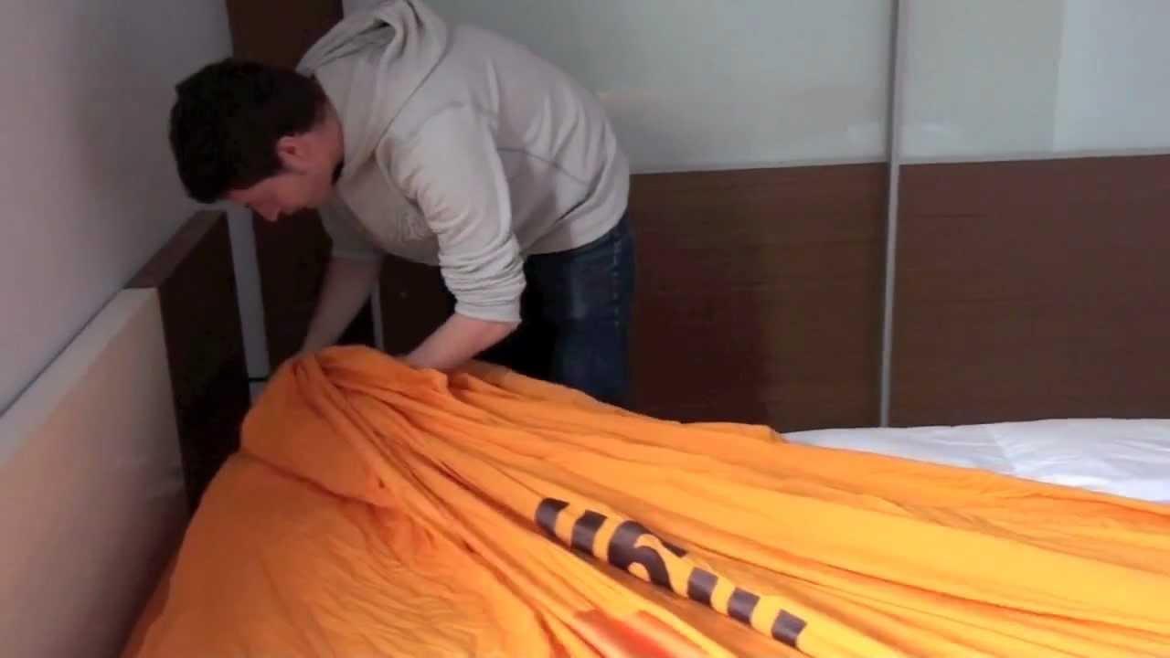 Un home se suïcida després de tres hores intentant posar la funda de l'edredó