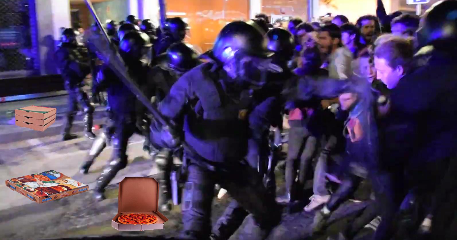 """Els Mossos massacren els manifestants de Gràcia perquè """"defensen que la pizza tropical no és pizza"""""""
