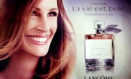 Un home aprèn francès a base de mirar anuncis de perfum