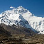 Un serverí escala l'Everest amb només unes Jhaiber, un banyador i un mariol·lo